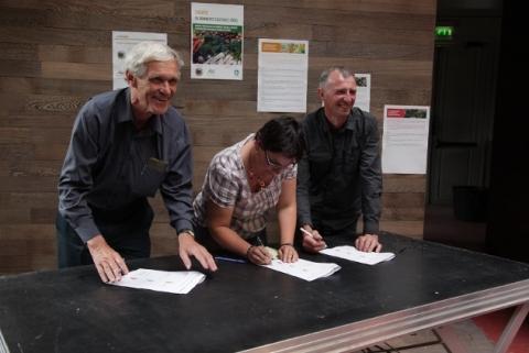 Les responsables de la PFCE, d'Inpact et de la FNAB signant la Charte