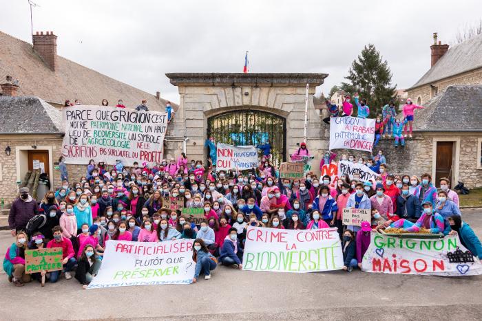Les étudiant·es d'AgroParisTech mobilisé·es devant l'entrée du campus de Grignon bloqué.