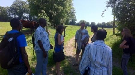 ISF France et ISF Cameroun en visite sur une ferme de Terre de Liens