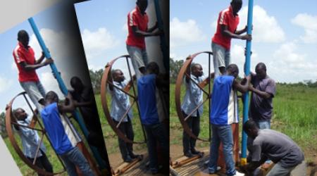 Démontage d'une pompe à Omendé (Cameroun)