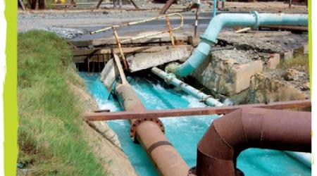 Rivière polluée par le sulfate de cuivre près d'une mine en Zambie